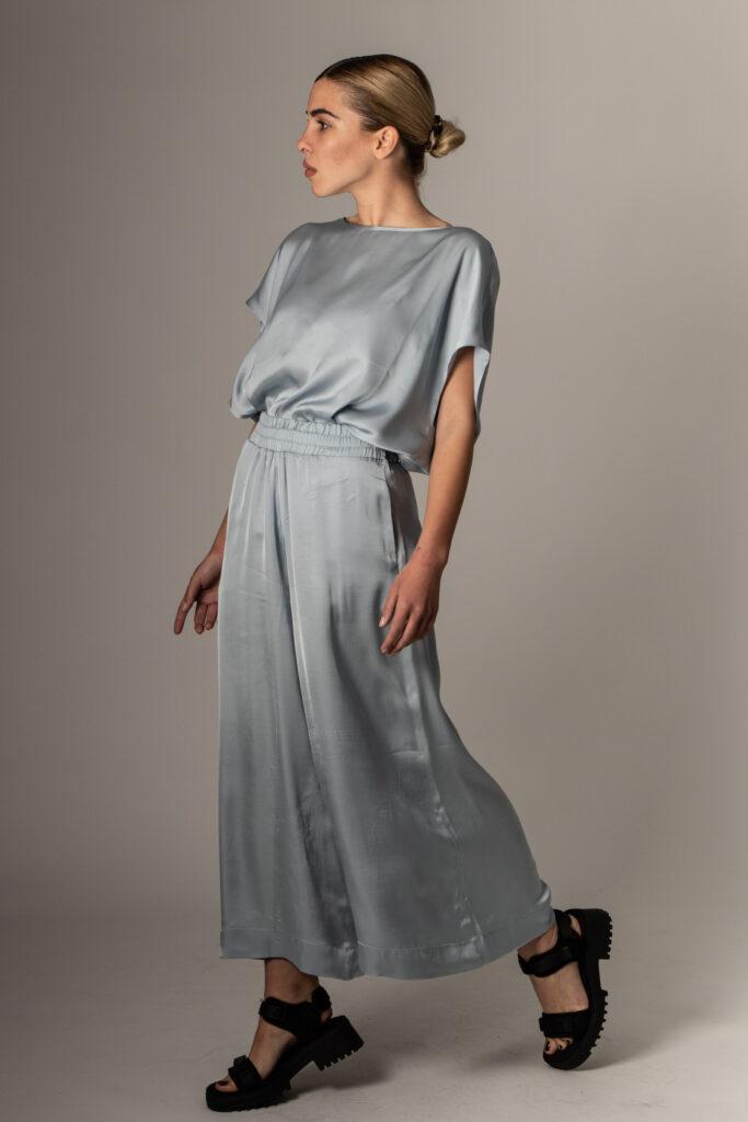 fashion concept: ξανθιά κοπέλα με silk μεταξοτό φόρεμα για το καλοκαίρι του 2021