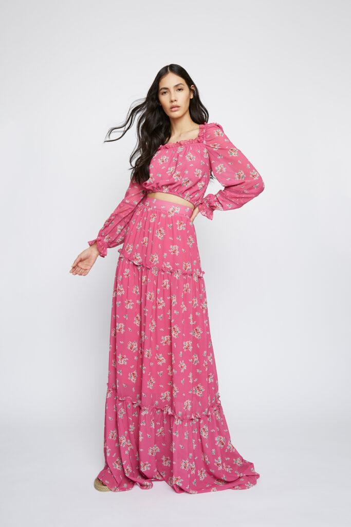 φούξια εμπριμέ κοντό μπλουζάκι φούξια μακριά φούστα με βολάν