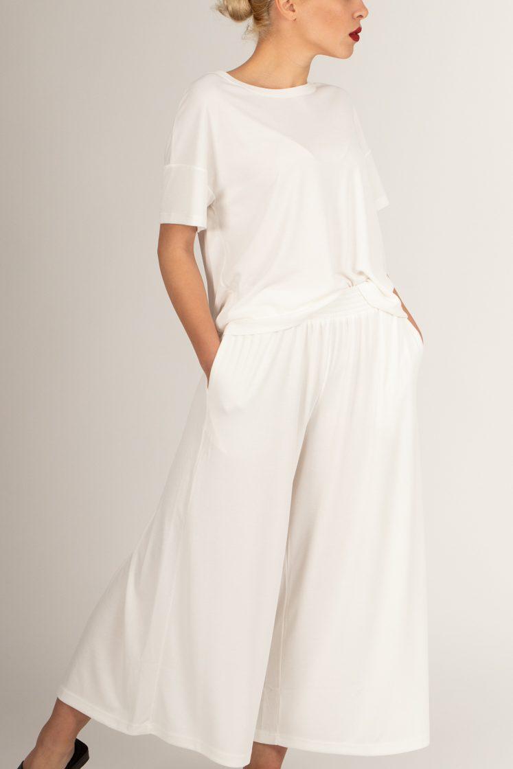 fashion concept: ξανθιά κοπέλα λευκό outfit για το καλοκαίρι του 2021